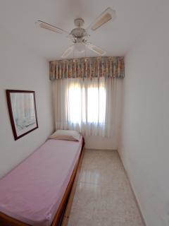 Single bedroom with ceiling fan