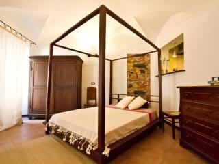 lovingenoa GUEST HOUSE - bed in teak wood - goditi il viaggio e osserva ogni cosa