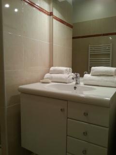 Ensuite bathroom upstairs (2)