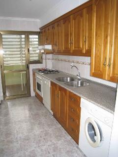 Cocina ampliamente equipada: lavavajillas, lavadora, microondas, tostadora, cafetera, ...