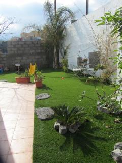 Jardín interior para que puedan jugar los niños