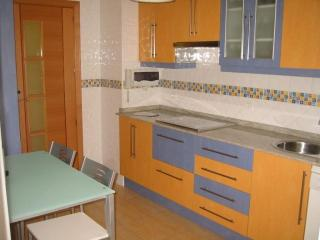 Cocina con Lavadora, secadora, horno, lavavajillas, microondas, vitroceramica