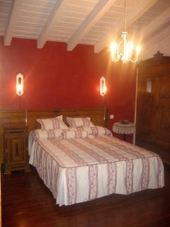 Amplia y acogedora habitación doble con baño. Posibilidad de 2 camas supletorias. Tv 3€/día