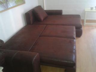 Sofá muy grande y cómodo. Se puede convertir en cama. Caben 3 personas (que se lleven bién)