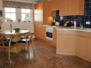 Fully equiped kitchen & dining area