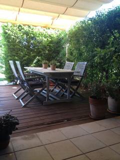jardin privado zona comida con toldo