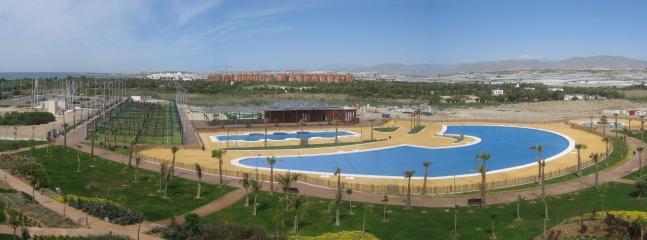 Vista panorámica de las piscinas y zonas comunes