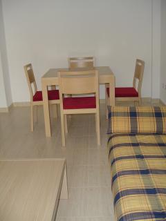 Comedor. Mesa extensible con capacidad hasta 8 personas.