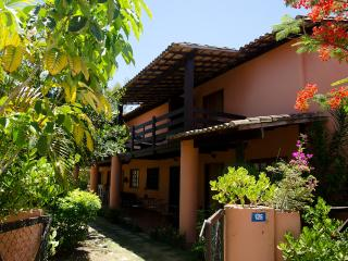 Great Beach Cottage w/ Balcony, Praia do Forte