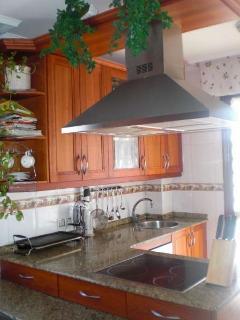 Cocina totalmente equipada, electrodomésticos en inox, salida a terraza y a jardín