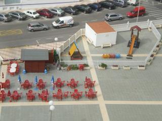 Terraza chiringuito y parque infantil