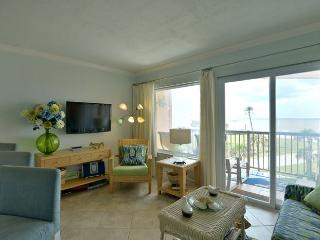 BadaBeach! Top floor Couples Paradise with beautiful gulf view!