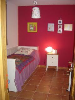 Dormitorio secundario con la cama cerrada para una persona
