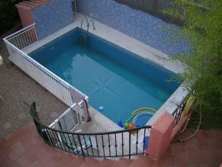 piscina de 4 x 2 metros con zona para tomar el sol ,pool 4 x 2 meter area for sunbathing ,
