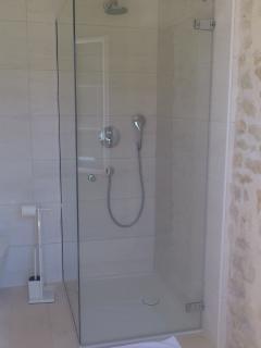 La maison du Parour : salle de bains / bathroom (ch.  / room 1) vue / view 1