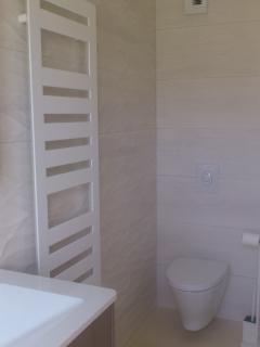 La maison du Parour : salle de bains / bathroom (ch.  / room 1) vue / view 2