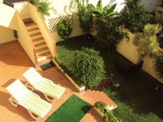 Apartamento cerca de la playa, con WIFI, amplia terraza, jardín privado y garaje