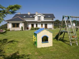 Parque infantil con tobogan y columpios