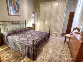 Rustic two bedroom Tuscan apartment close to Cortona's main square, wifi and parking available