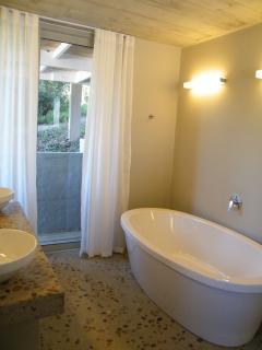 main bedroom en-suite bath