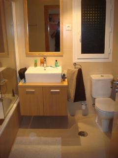 Family bathroom with shower, toilet & bidet