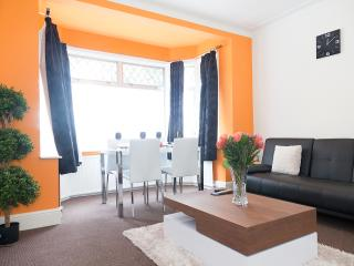 Luxury TV-Bed Apartment, WiFi + movies, sleeps 4. £1800 PCM