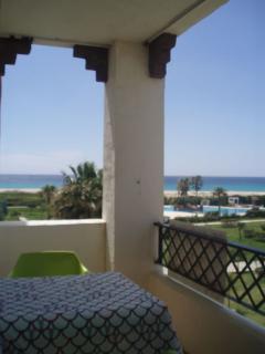 Terraza frente al mar y piscinas