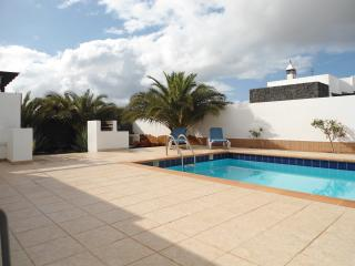 Three Palms Villa -Private pool, aircon, free Wifi, Playa Blanca
