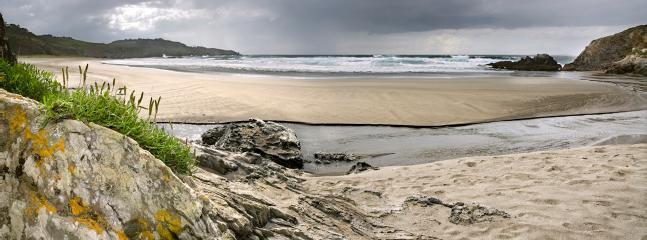 Playa y Monumento Natural de Frejulfe. Ideal para la practica del surf, playa con preciosas vistas.
