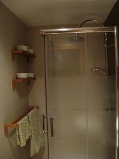 Tenemos ducha de lluvia y mampara de cristal