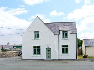 THE OLD SURGERY, ARDWYN, stone-built, off road parking, garden, bike storage, in Aberffraw, Ref 904827