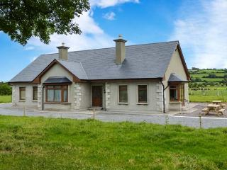 STEPHEN'S COTTAGE, en-suite facilities, ground floor accommodation, open fire, R