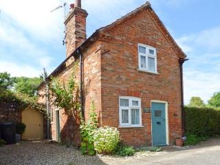 PEAR TREE COTTAGE, multi-fuel stove, WiFi, garden with patio and furniture, in C