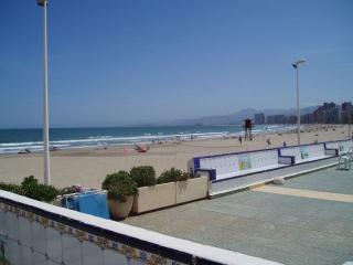 Jardín, exteriores de la urbanizacion, como ven la playa esta justo nada mas bajar del edificio