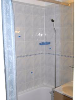 full size bath with mixer shower