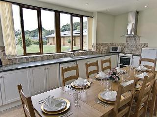 Helena House, Private Hot Tub, Pool, Gym & Sauna, sleeps 8, with spacious lounge