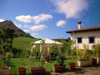 Casa rural con jardin. Para 2 a 5 personas., Ribadesella