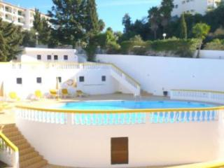 Casa Amarela Spacious 3 bed 2 bath duplex, communal pool 2 mins walk to beach