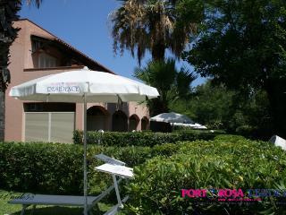 giardini con ombrelloni e sdraio