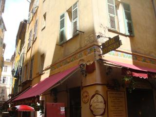 2 bedroom flat near the beach in Nice Old Town