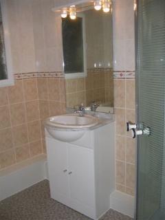 Salle de bains avec cabine douche