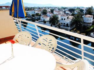 Bel appartement avec terrasse et vue sur canal, Empuriabrava