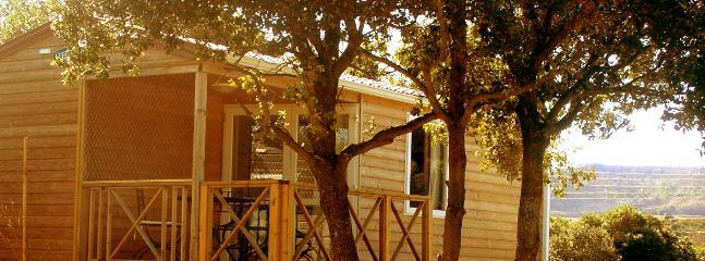 Mobile home bois tout confort avec deux chambres et télé et vue exceptionnelle sur les 4 chateaux.