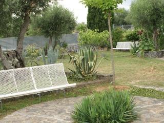 Jardín iluminado y vallado y con cámaras de seguridad