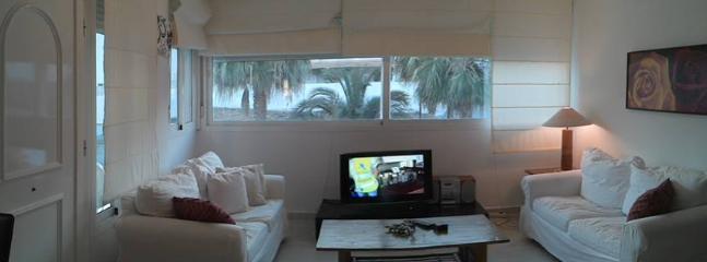 Salon con dos sofas, television y equipo de musica
