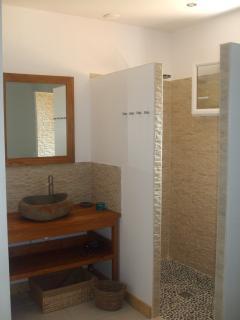 Salle de bain individuelle avec douche à l'italienne. Toilette séparé.
