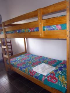 habitación con 2 camas literas