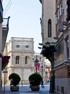 Ayuntamiento de Sevilla desde la Calle Fernández y González