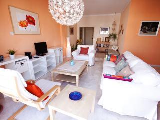 Homey + Comfy 2 BR , WI-FI , near Hilton hotel, Nicósia