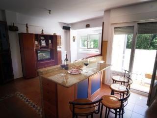 Sala vista desde la cocina. En primer plano el mostrador para desayunos